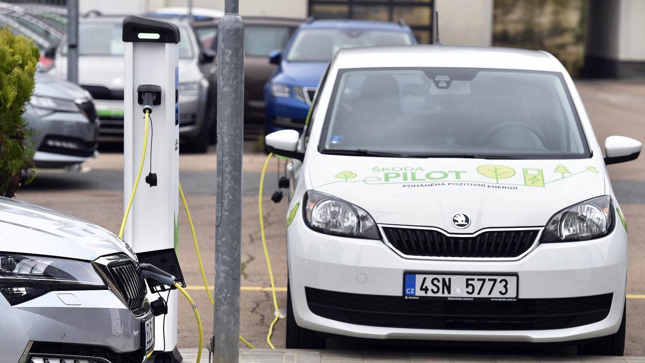 Škoda plánuje příští rok prodat 3200 aut dozásuvky. Půjde očistě elektrické Citigo aplug-in hybridní Superb. Počet podobných aut načeském trhu by se mohl zdvojnásobit.
