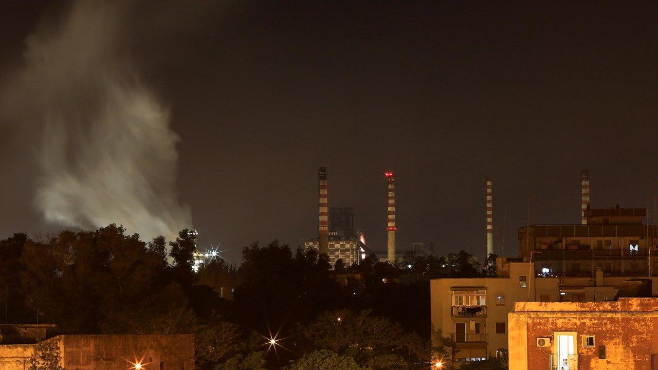 Za italské hutě Ilva byl ArcelorMittal ochoten zaplatit 1,8 miliardy eur a přes dvě miliardy eur investovat do ekologizace výroby. Stojí v Tarentu na jihu země, v regionu Apulie.