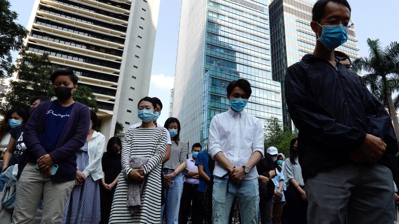 Lidé se v Hongkongu zastavovali na ulici, aby uctili památku zemřelého studenta