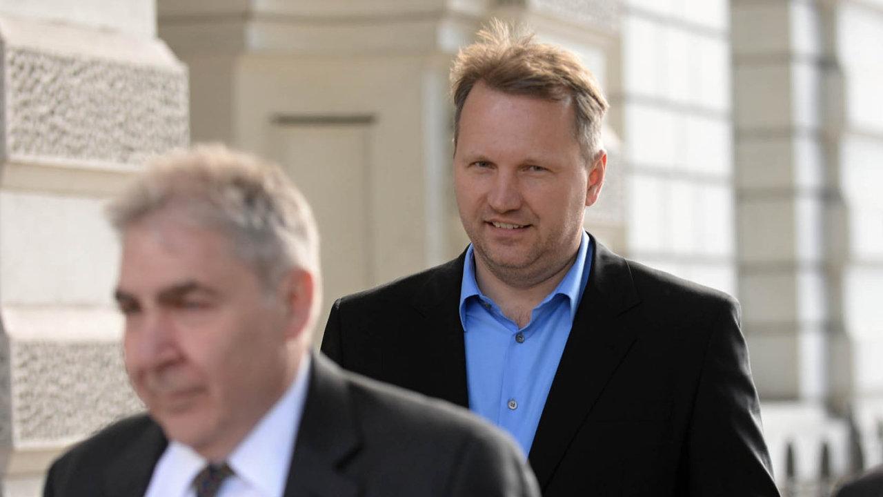 V cizině. František Savov (uprostřed), majitel vydavatelství Mladá fronta a podnikatel majetkově zapojený do řady firem se složitou vlastnickou strukturou, žije