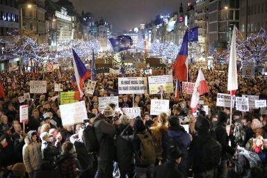 Demonstranti se po úvodních slovech vydali na pochod Prahou směrem k Úřadu vlády.