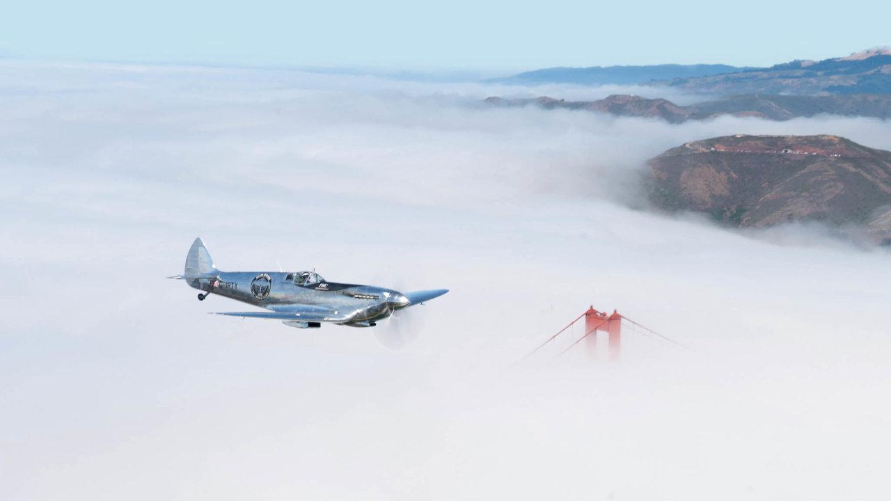 Piloti stříbrného Spitfiru strávili vevzduchu čtyři měsíce. Viděli pod sebou města, poušť izmrzlé Grónsko, než se 5.prosince vrátili domů. Matt Jones aSteve Brooks jako první obletěli se stařičkou stíhačkou svět.