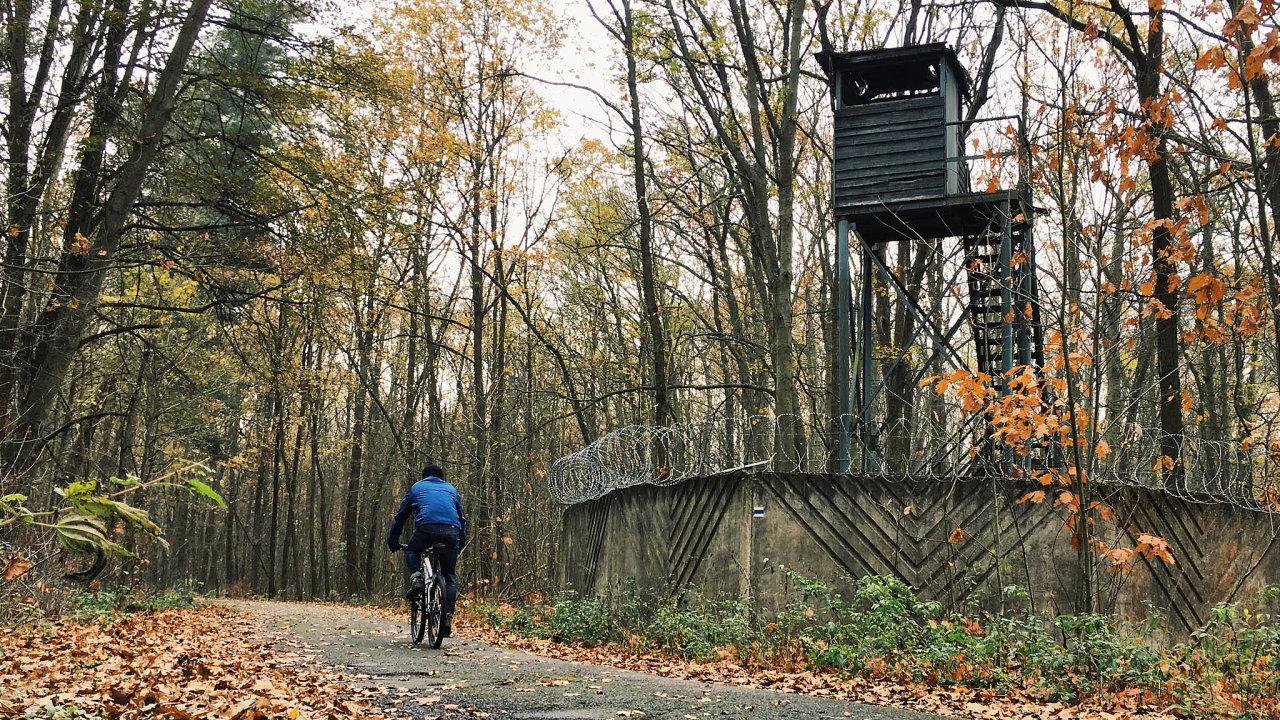 Kolem oploceného areálu pardubické továrny sjiž nevyužívanou strážnou věží vede značená turistická trasa doLázní Bohdaneč.