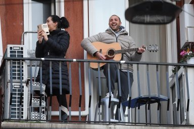 Italové se snaží zlepšit si morálku zpěvem nejen národních písní, ale i hymny.