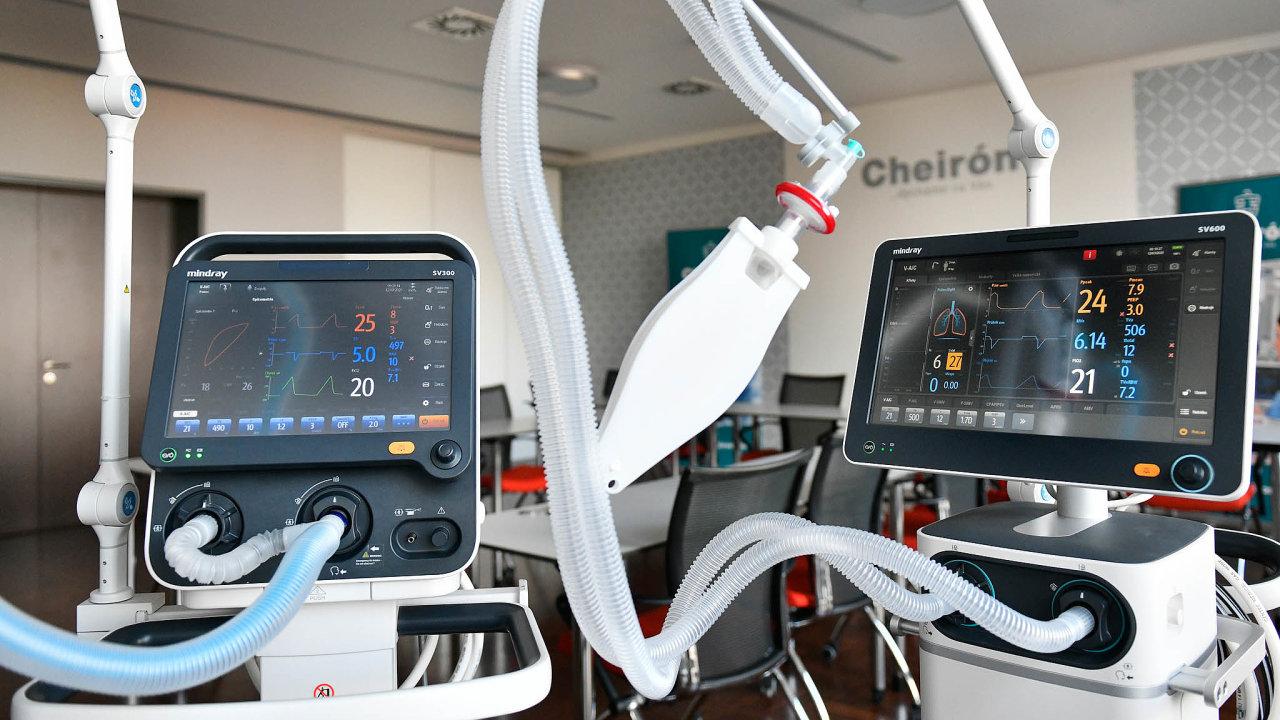 Druhé plíce. Plicní ventilátory jsou pro ty nejpostiženější koronavirem životně důležité. Podle zkušeností zItálie potřebuje intenzivní péči každý desátý pacient.