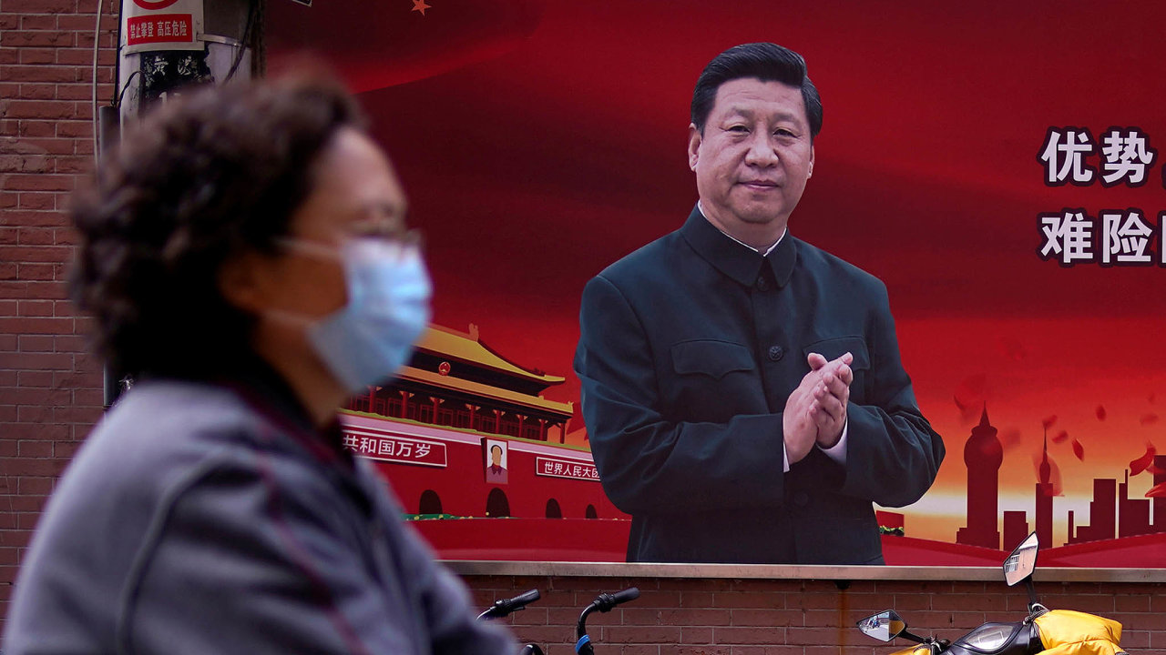 Světový lídr bojespandemií - vtéto sebevědomé roli dnes Čína vystupuje, přitom dělá vše pro to, aby se zapomnělo, že právě ona byla zdrojem nákazy. Nasnímku čínský prezident Si Ťin-pching.