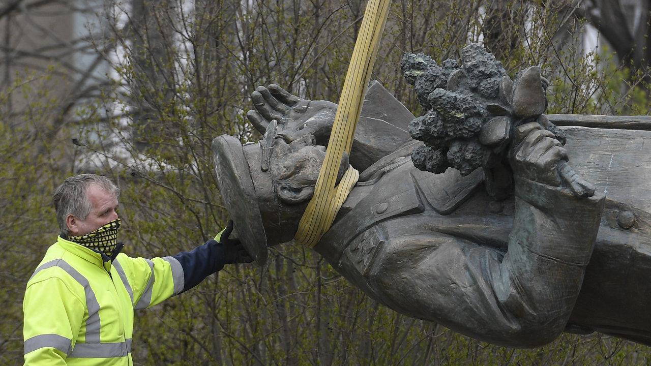 Prezident Vladimir Putin podepsal zákon, který hrozí až pěti lety vězení pachatelům poškozování válečných hrobů a pomníků.