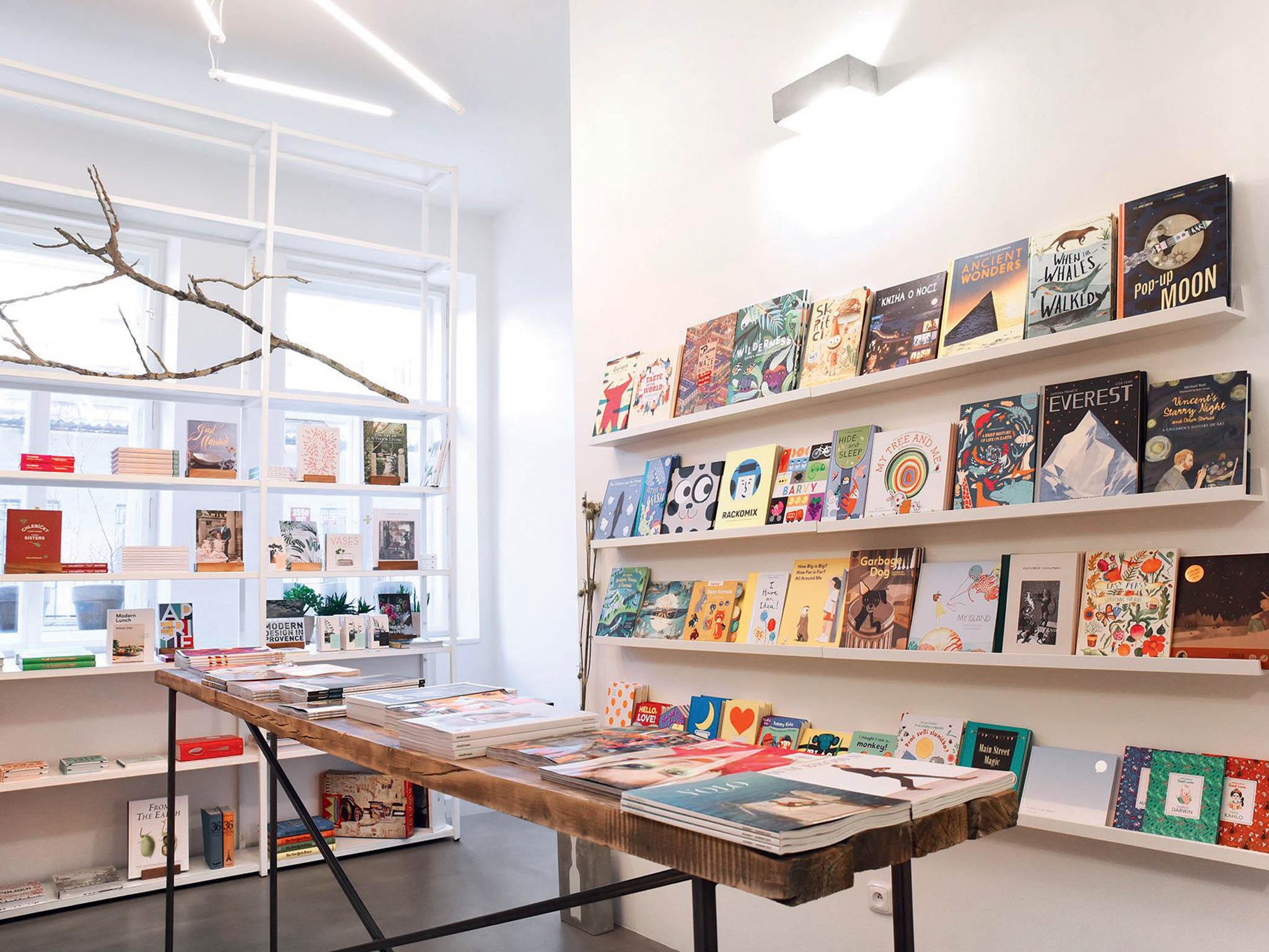 Knihkupectví Book Therapy si zakládá nakurátorském výběru. Tituly zesvěta architektury, designu, módy aživotního stylu nyní prodává ion-line– skrze aplikaci WhatsApp.