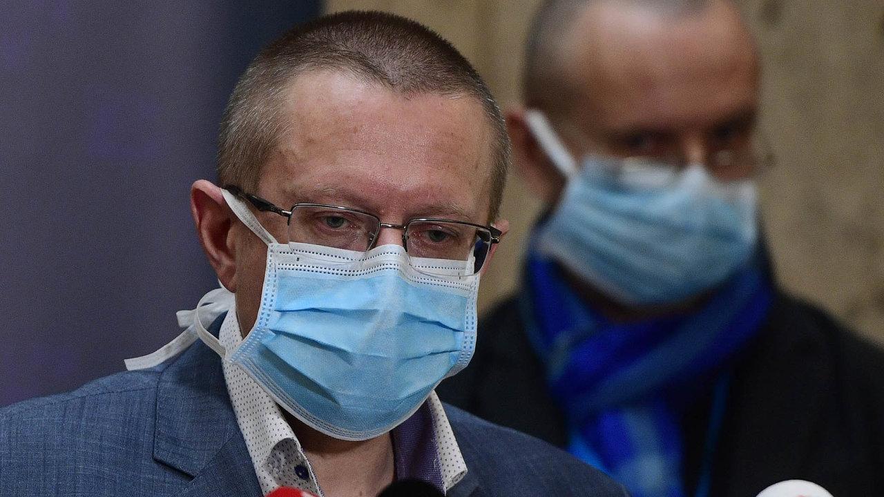 Ředitel Ústavu zdravotnických informací astatistiky Ladislav Dušek přiznal, že okoronaviru odborníci vědí málo, arozhodování oopatřeních je proto obtížné.