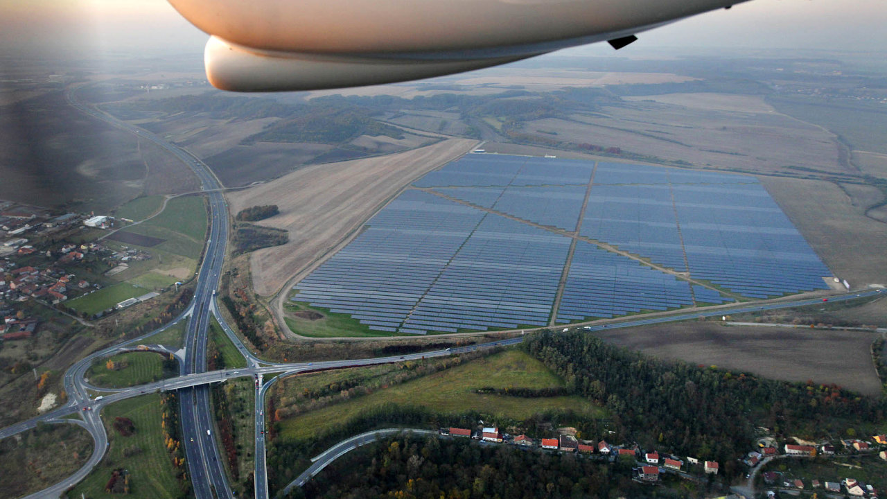 Většina dotázaných majitelů solárních elektráren zatím nechce komentovat, zda se se státem bude soudit, pokud skutečně zavede maximální výnosové procento ve výši 6,3.