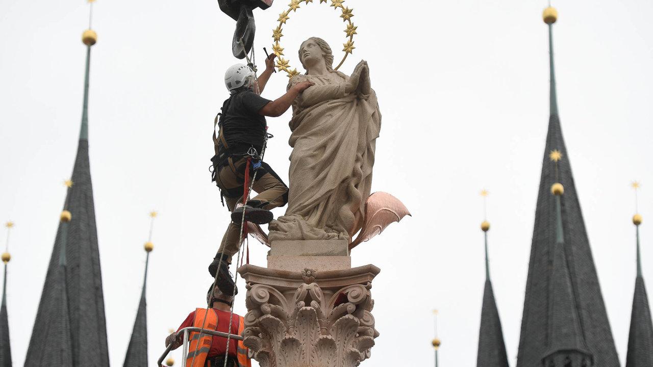 NaStaroměstské náměstí se vrátil mariánský sloup.