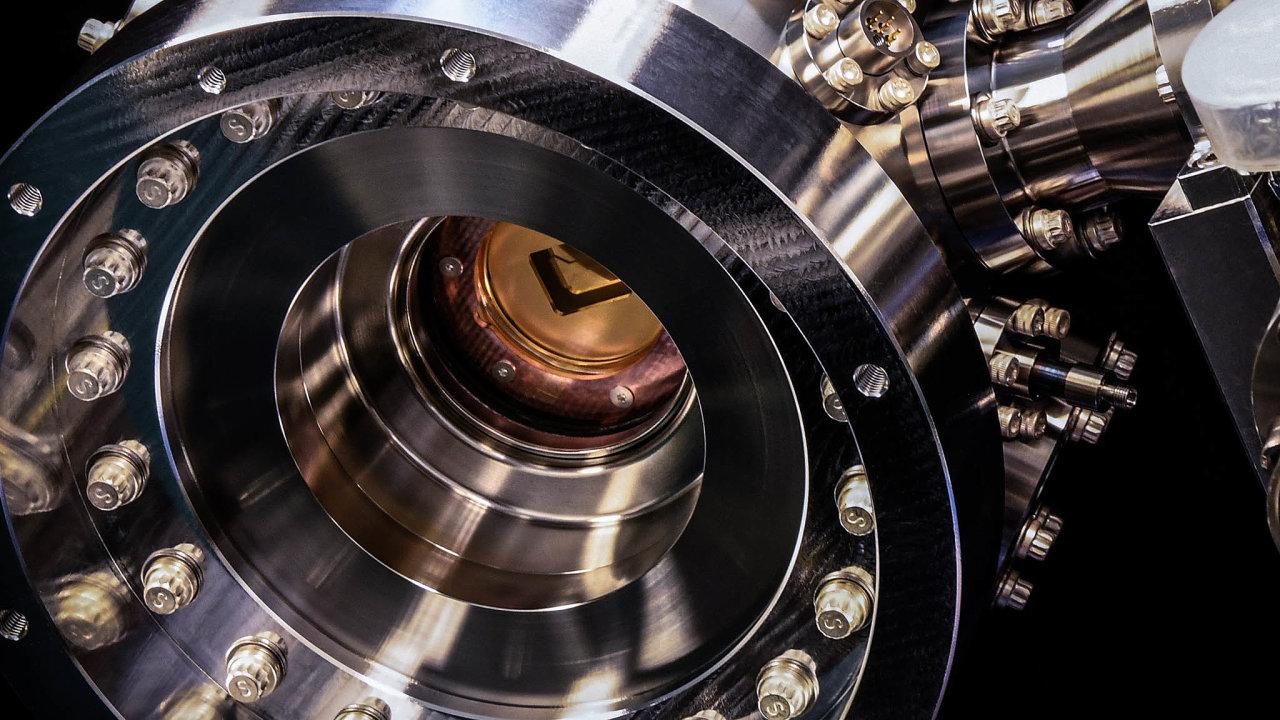 Úplně jiný počítač. Kvantový computer Honeywellu provádí výpočty zapomoci laserového osvětlování iontů uvězněných vevakuové komoře.