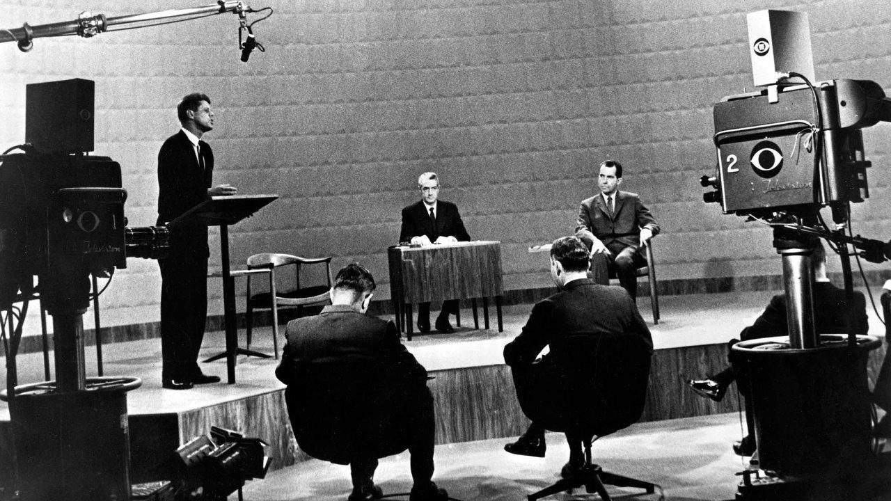 Hezčí vyhrává. Vprezidentském duelu hezouna Johna F. Kennedyho anedomrlého Richarda Nixona bylo jasné, komu vyskočí voličské body zavizuál.