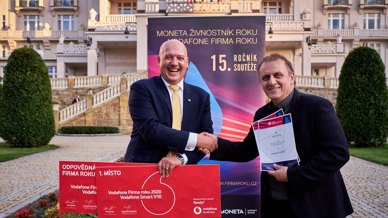 Vítězové: Jednatel firmy Heinz-Glas Decor Pavel Isteník (vlevo) avýtvarník Miroslav Vostrý.