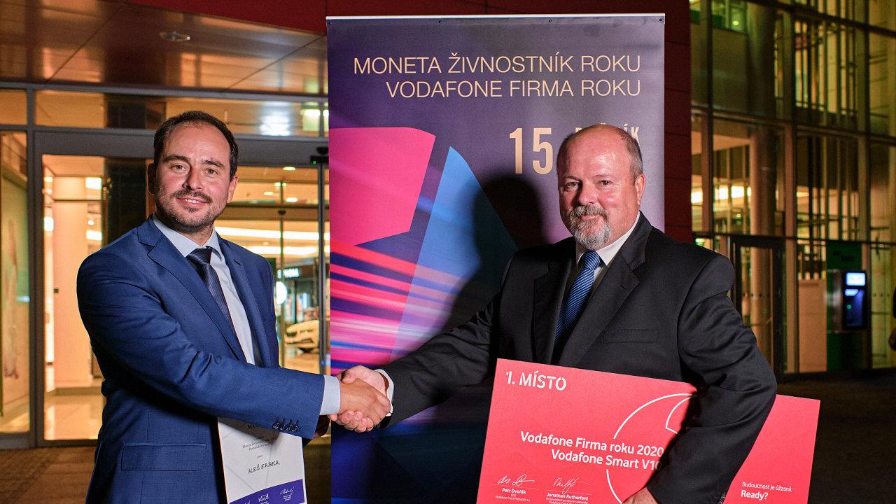 Lesník Aleš Erber (vlevo) a marketingový manažer firmy Mikroelektronika Luboš Novotný (vpravo).