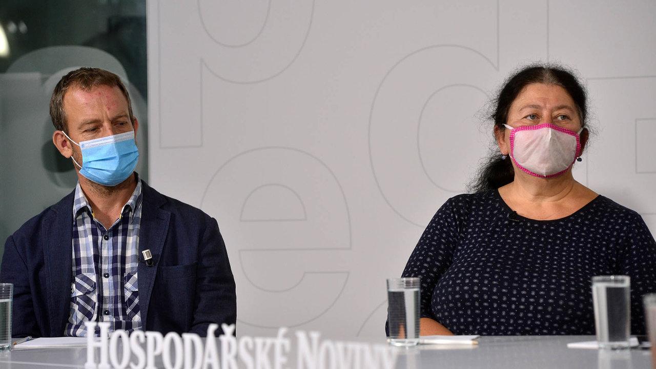 Diskuse opaliativní péči se zúčastnili Ondřej Kopecký zVFN vPraze aRuth Šormová zorganizace Cesta domů.