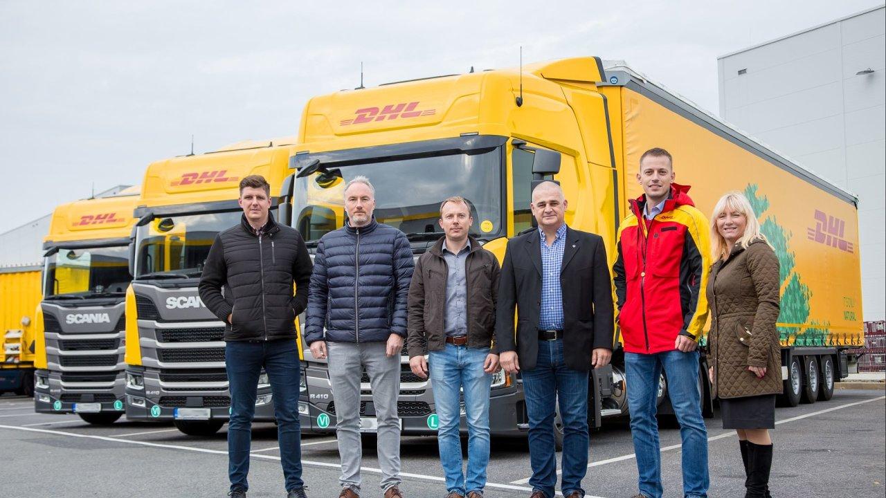 Zleva manažeři DHL SC Roman Schäfer, Jan Pokuta, Pavel Kluch, Tomáš Mach, Lubomír Sasarák a ředitelka automobilové divize Kateřina Rázlová.