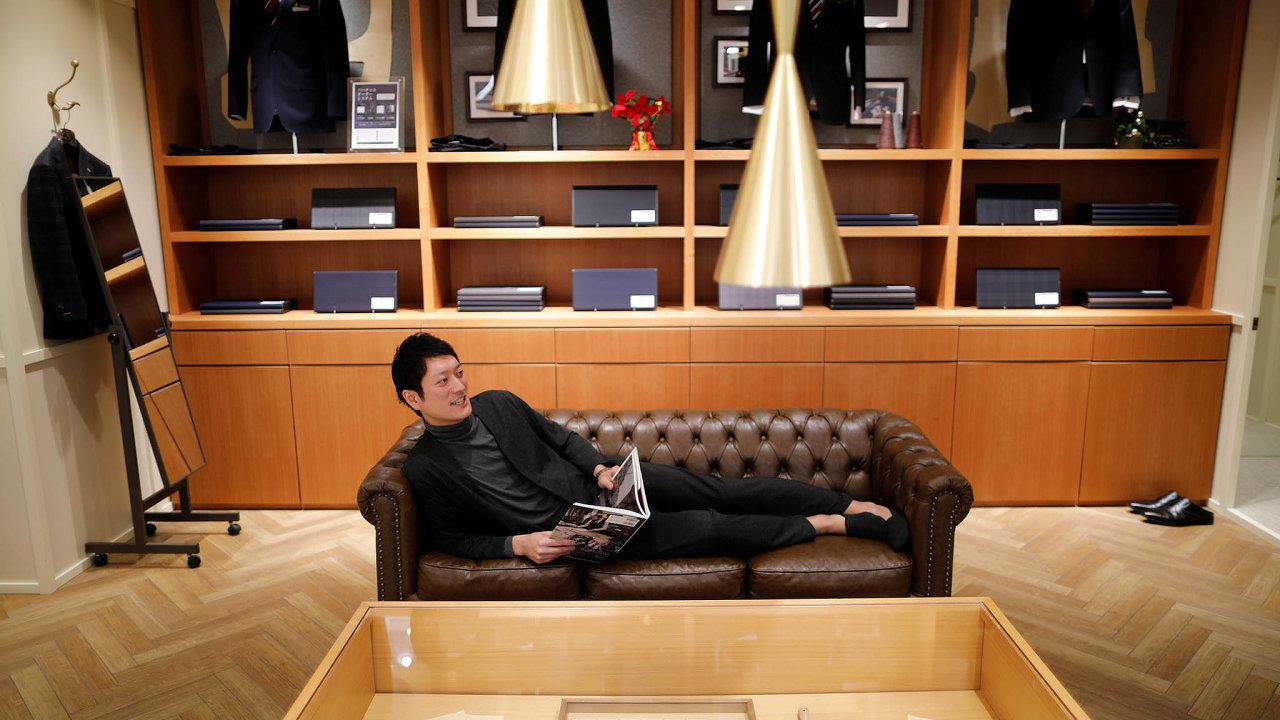 Jeden ze zaměstnanců obchodu firmy Aoki předvádí