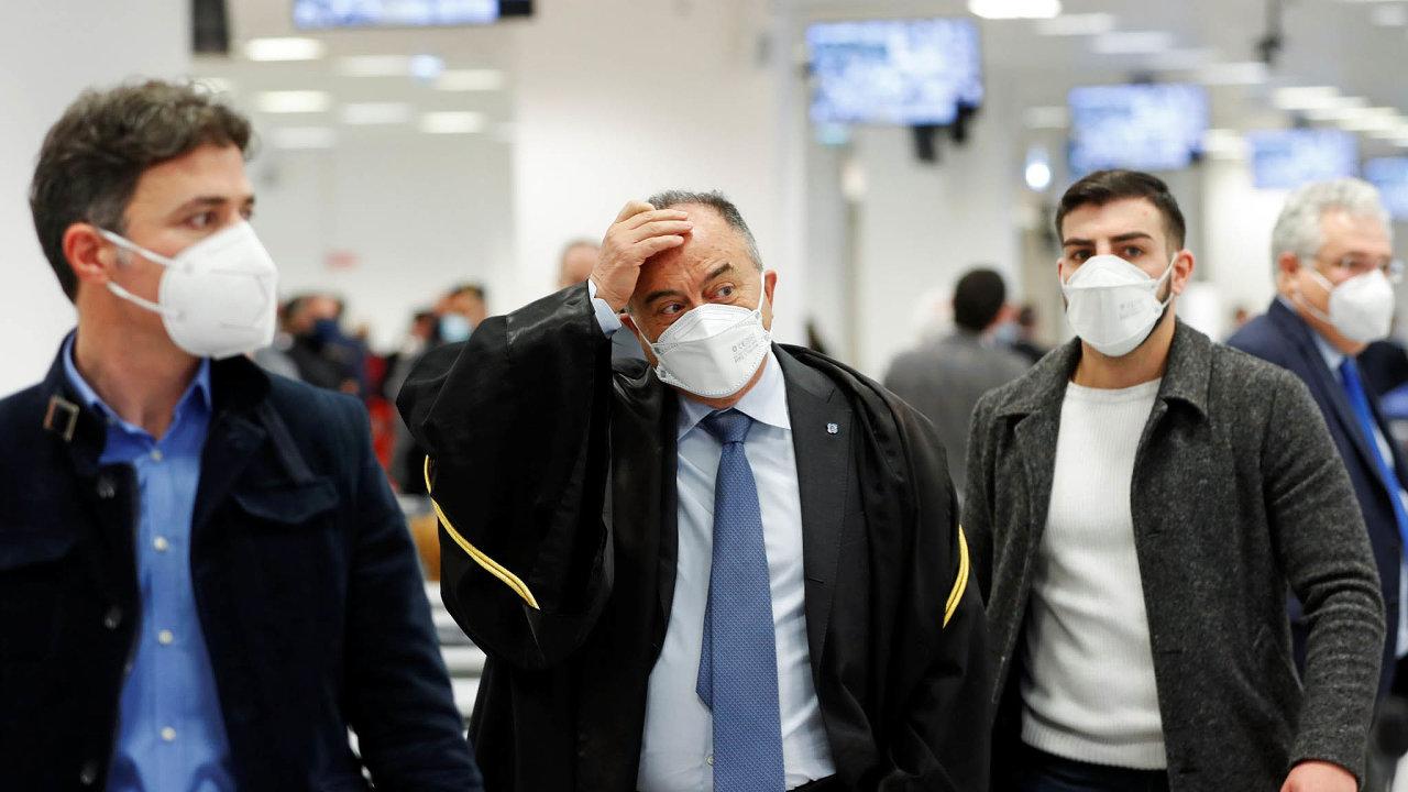 Prokurátor Nicola Gratteri,jeden znejznámějších bojovníků proti mafii vItálii (uprostřed).