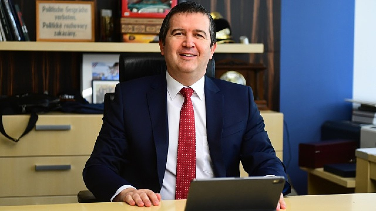 Staronový předseda ČSSD Jan Hamáček může být po prvním on-line sjezdu strany spokojen. Delegáti mu do vedení zvolili jeho příznivce. Levicová koalice se Zelenými však nejspíš nevznikne.