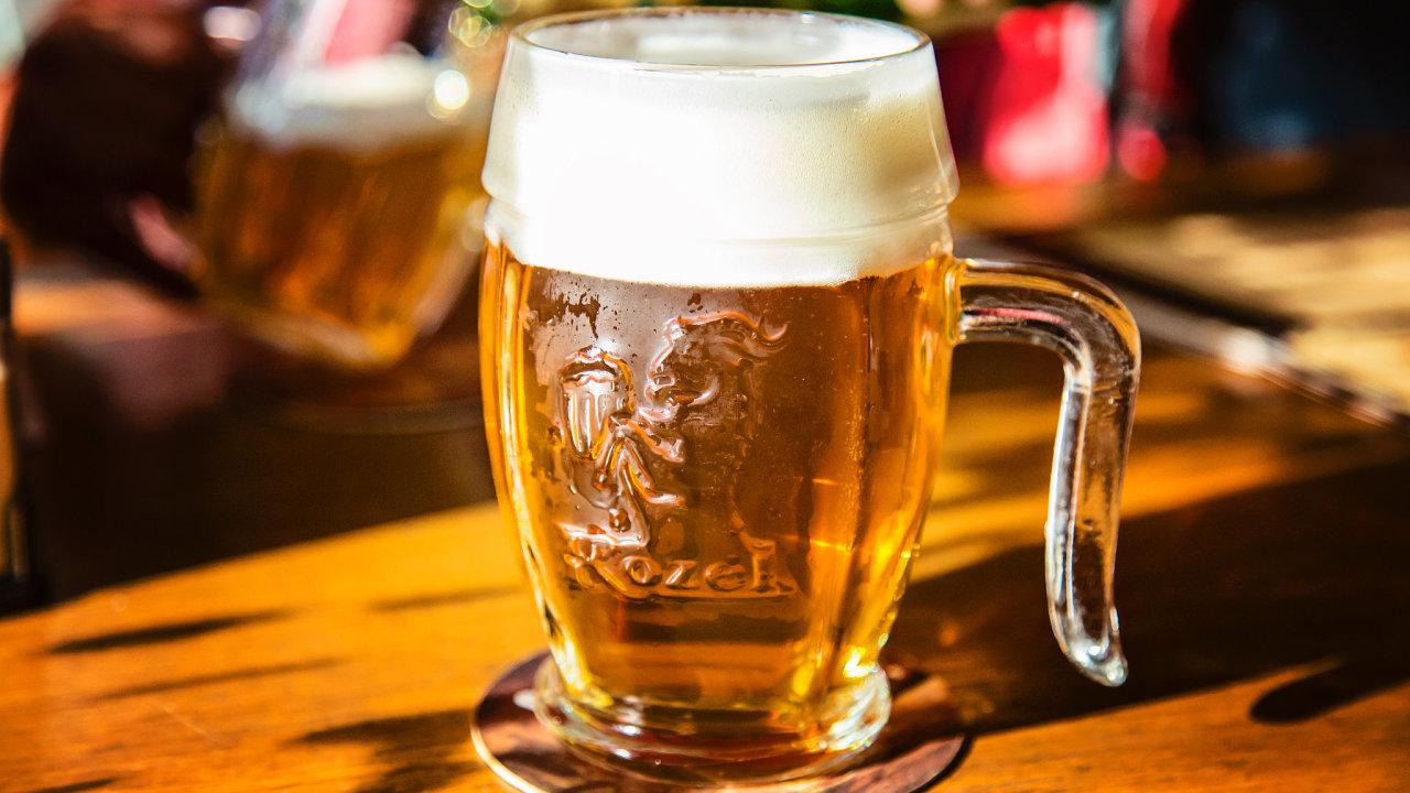 Velkopopovický Kozel v Rusku vyrábí koncern AB InBev a je to nejprodávanější české pivo na ruském trhu. Licenční výroby by se sankce neměly dotknout.