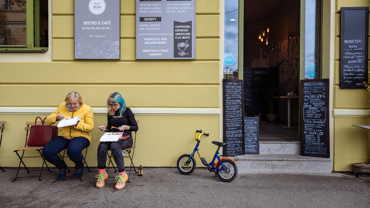 Restaurace, zahrádka, občerstvení, respirátor, vládní opatření, oběd, kavárna, káva, okénko, obědové okénko, na stojáka, covid-19, korona Praha, 29. 4. 2021, Foto - Archiv HN