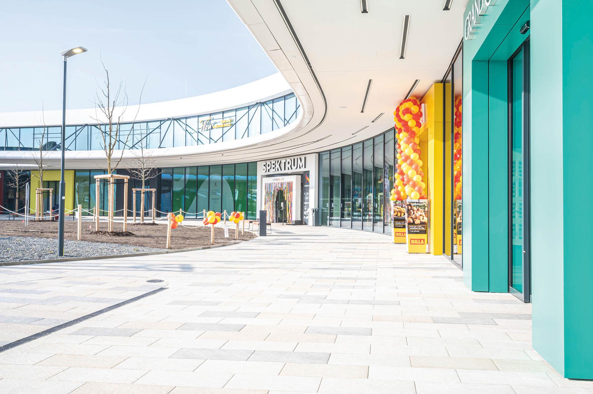 Napozemku pozbouraném nákupním centruvČestlicích uPrahy společnostCPI Property Group postavila avbřeznu letošního roku otevřela nový moderní strip mall. Většina jednotek tohoto centra je přístupná zvenkovní pasáže, některé ale mají i druhé patro.
