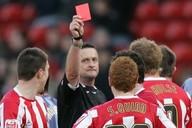 Tato červená karta padla v Anglii, podobnou ale vystavil Ústavní soud bývalým fotbalovým rozhodčím za korupci
