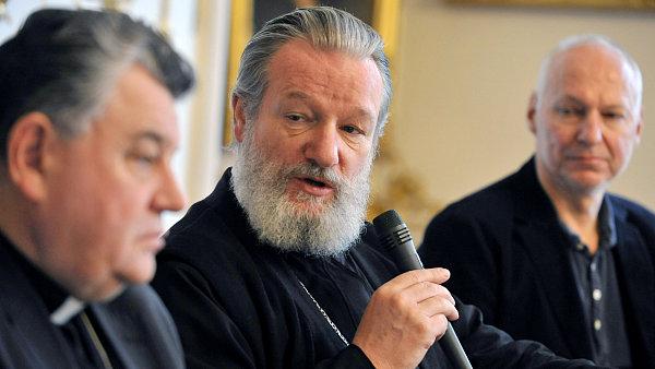 Kardinál Duka, metropolita Kryštof a režisér Nikolaev na středeční tiskové konferenci.