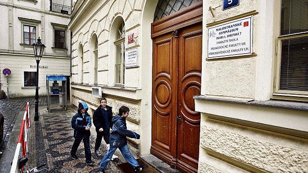 Dev��ci cht�j� na gymn�zium. Na obr�zku Malostransk� gymn�zium v Praze (ilustra�n� foto)