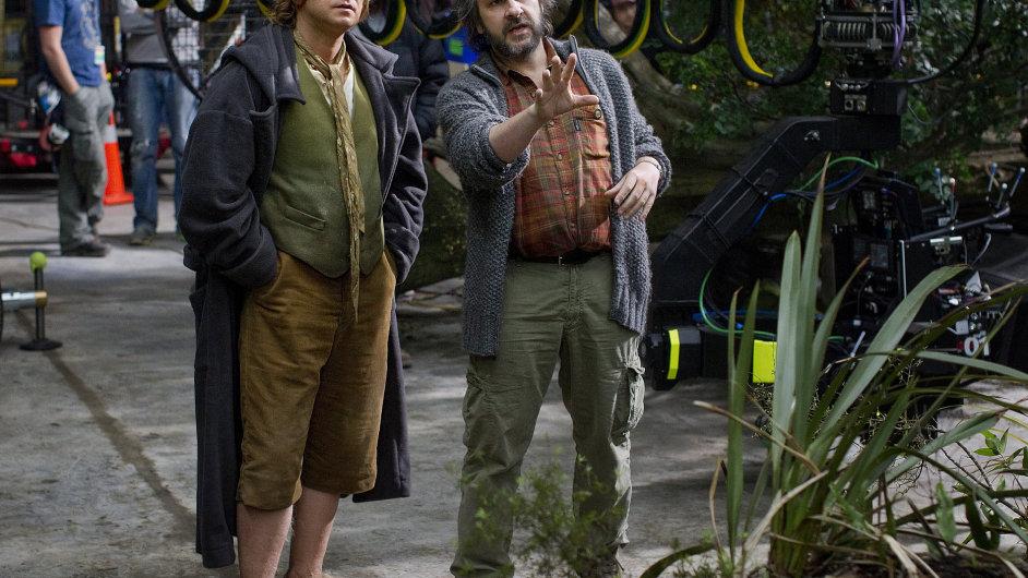 Na obrázku z natáčení Hobita představitel Bilbo Pytlíka Martin Freeman (vlevo) s režisérem Peterem Jacksonem.