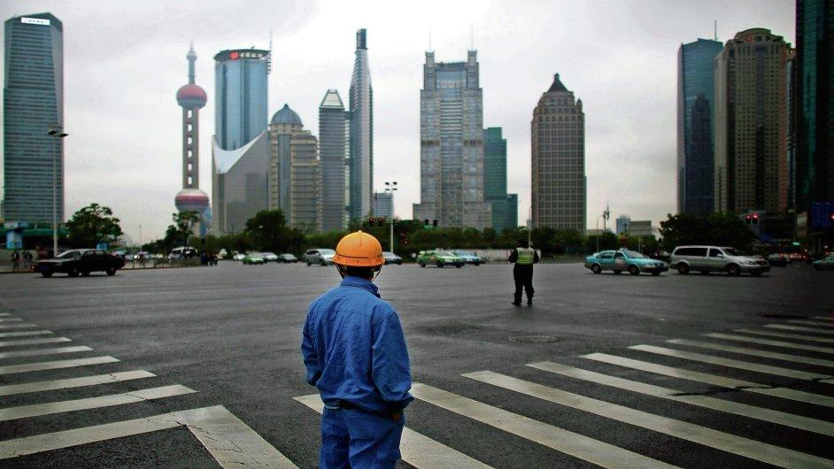 Čínská ekonomika zpomaluje. Nasnímku silueta Šanghaje.