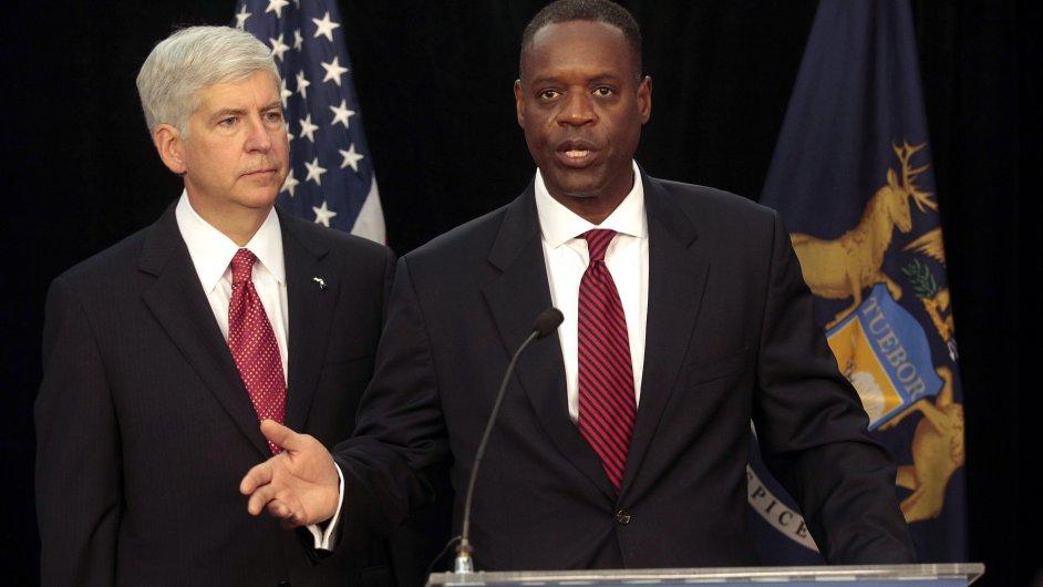 Guvernéra státu Michigan Ricka Snydera (vlevo) a detroitského krizového manažera Kevyna Orra čekají těžké časy.