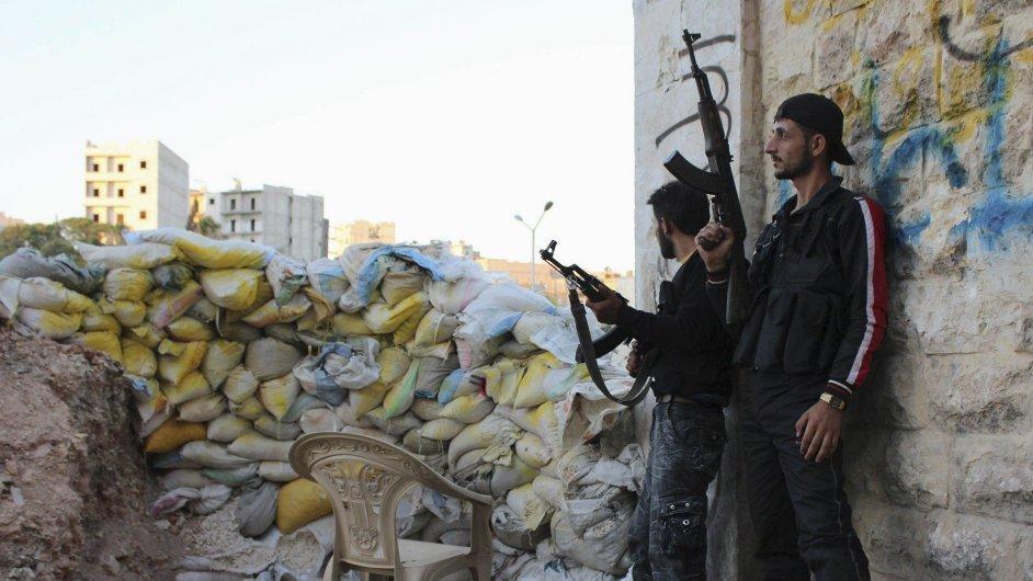 Hlídka syrské svobodné armády v Aleppu