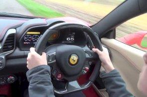 Školáci za volantem Ferrari. Videa malých řidičů z různých zemí jsou hitem internetu