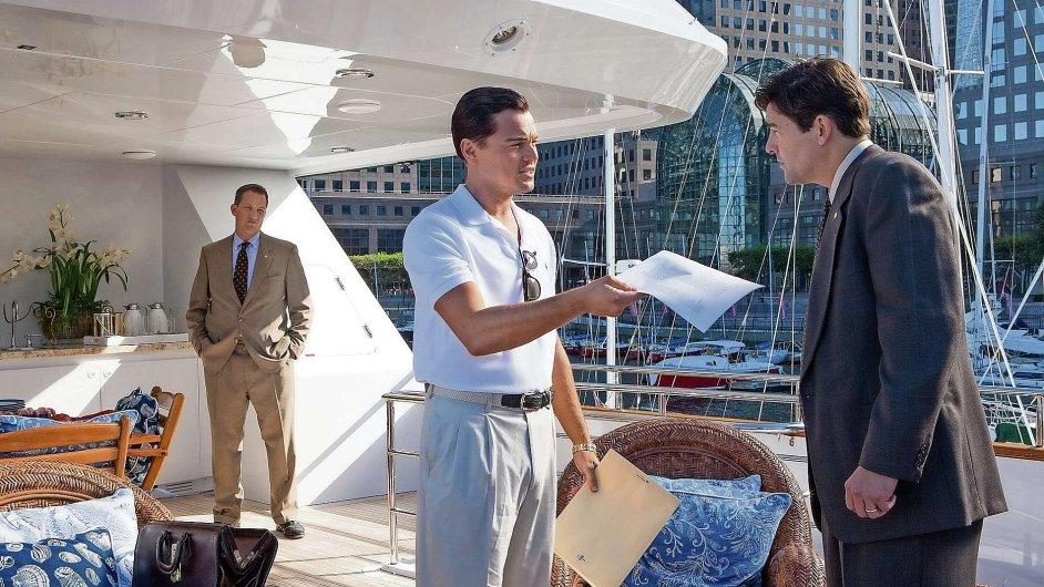Leonardo DiCaprio v roli výstředního finančníka Jordana Belforta podává jeden ze svých nejlepších výkonů.