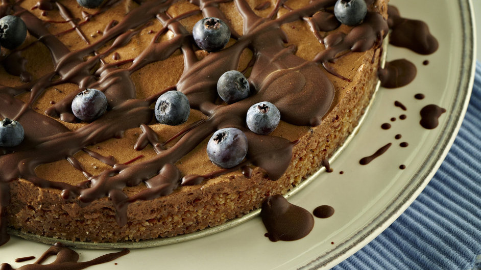 Nepečený čokoládový dort s borůvkovou ozdobou
