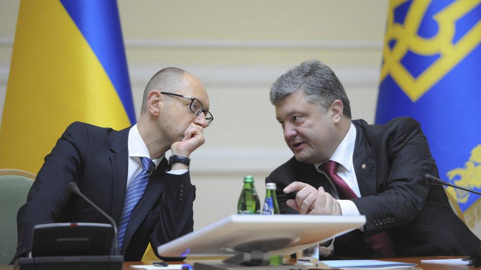 Ukrajinský premiér Arsenij Jaceňuk s prezidentem Petrem Porošenkem.