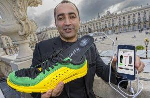 Jean-Philippe Chauville představuje své chytré boty ovládané chytrým telefonem.