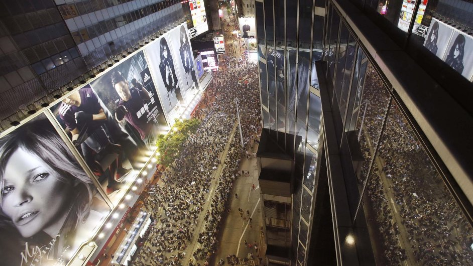 Desítky tisíc demonstrantů, hlavně studentů, obsadily část centra Hongkongu a požadují demokratické volby.