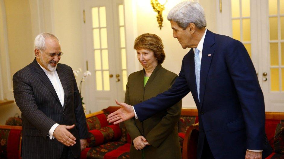 Íránský ministr zahraničí Mohammad Džavád Zaríf, Catherine Ashtonová a John Kerry.