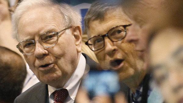 Warren Buffet (vlevo) a Bill Gates stejn� jako dal�� nejbohat�� lid� planety letos m�rn� zchudli.