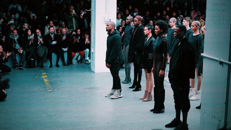 Americký raper Kanye West představil na newyorském Fashion Weeku vlastní módní kolekci.