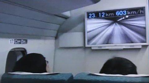 Vysokorychlostn� vlak maglev na zku�ebn� trati v prefektu�e Jamana�i z�padn� od metropole Tokia. 21. 4. 2015