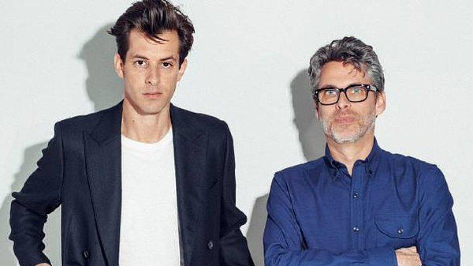 Michael Chabon (vpravo) na snímku s producentem Markem Ronsonem.