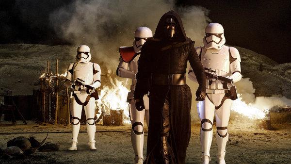 Nový padouch Kylo Ren (na snímku) to v sedmém pokračování Hvězdných válek nemá lehké. Pod temnou maskou nástupce lorda Vadera se skrývá tvář zmítaná minulostí, jež diváky v lecčem překvapí.