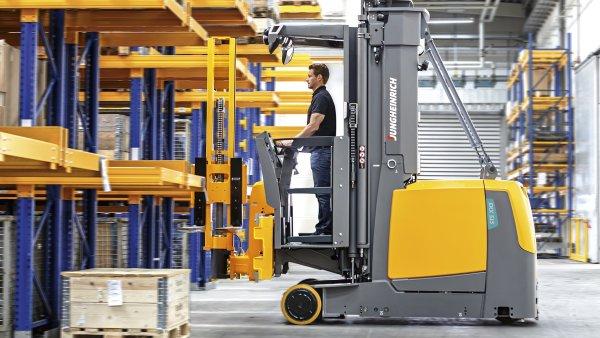 Nový model zakladače je vybavený systémem tlumení vibrací pro bezpečný provoz na nerovných podlahách.