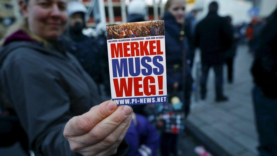 Merkelová ven! žádají členové Pegidy.