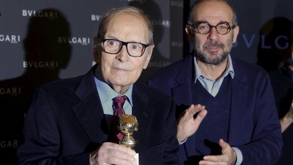 Ennio Morricone (vlevo) v doprovodu re�is�ra Giuseppeho Tornatoreho p�eb�r� Zlat� gl�bus.