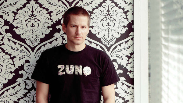 Do Zuno přišel Peter Lakata v roce 2010 a vedl několik oddělení. Předtím pracoval ve skupině RBI, kde implementoval program Service Excellence v různých zemích skupiny včetně Česka, Slovenska a Ruska